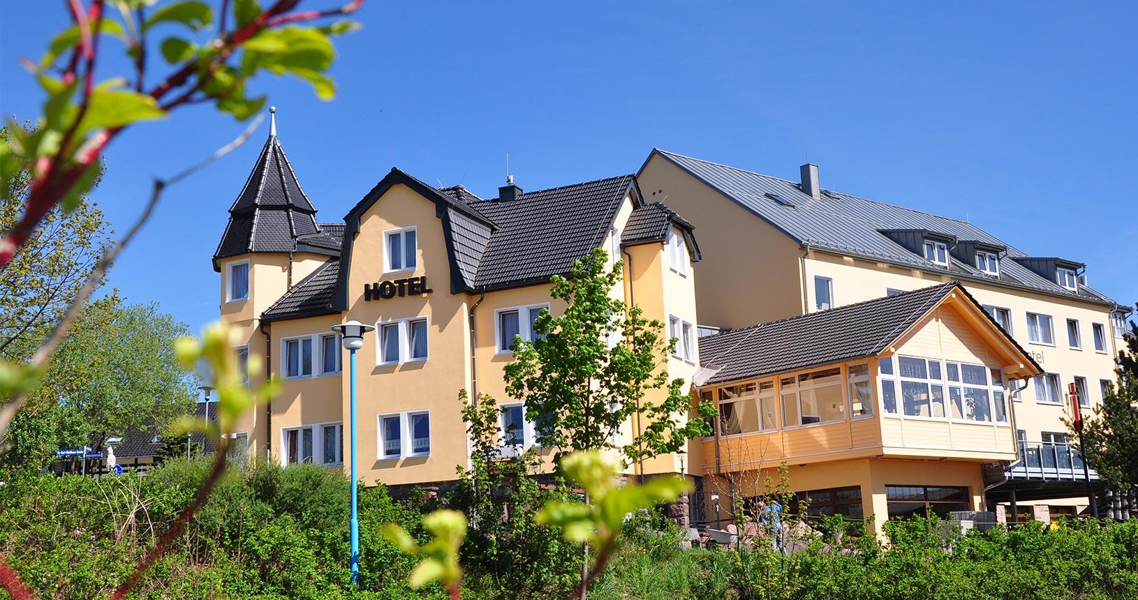 Schlossberghotel Oberhof Ansicht von aussen im Sommer