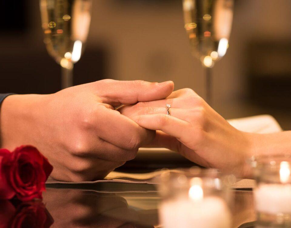 Hochzeitstag Dinner, Paar hält sich an der Hand | © Rido - fotolia.com