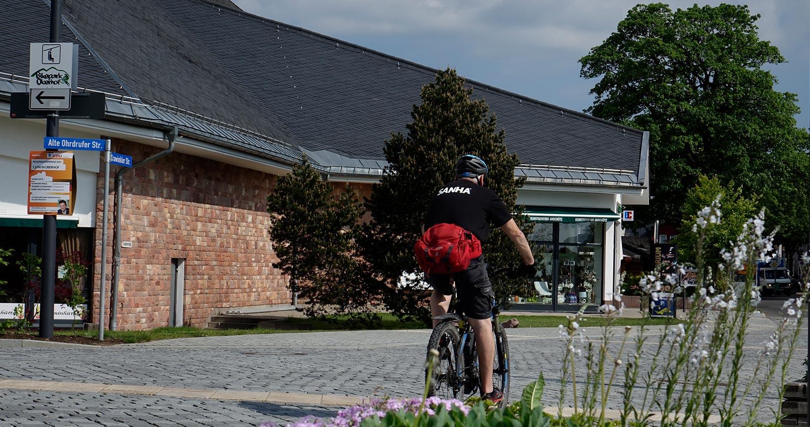Oberhof im Sommer, Radfahrer am Stadtplatz