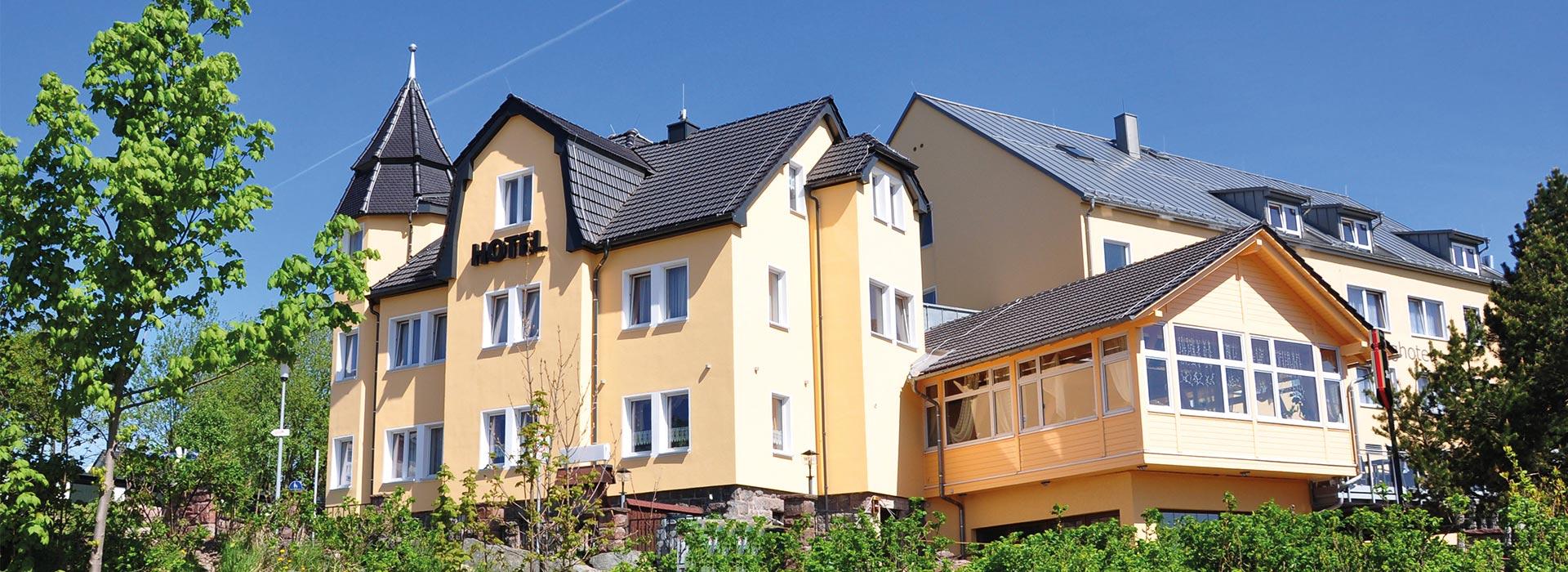 Schlossberghotel Oberhof Thüringen Ansicht außen im Sommer